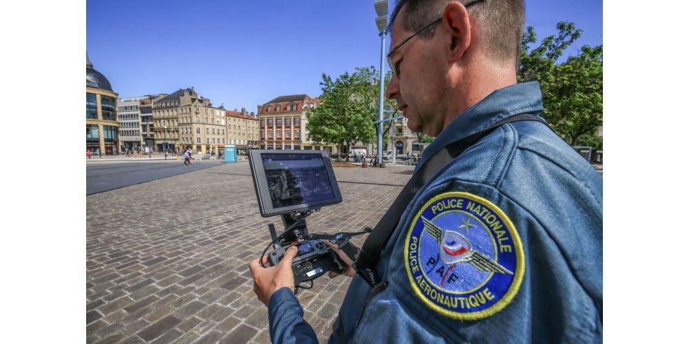 le-commandant-thierry-wunsch-de-la-police-aux-frontieres-tele-pilote-le-drone-photo-rl-maury-golini-1589644366